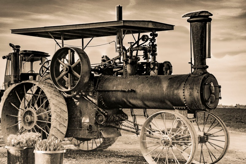 Steam engine tractor.